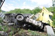 Kamión naložený štrkom sa zastavil až na družstve.