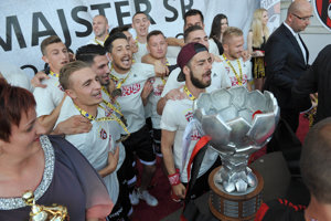 Hráči majstrovského družstva s trofejou preberajú medaile počas odovzdávania ceny v rámci oslavy fanúšikov a futbalistov FC Spartak Trnava zo zisku majstrovského titulu.