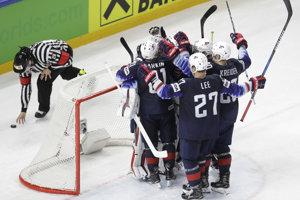 Americkí hokejisti sa radujú z víťazstva.