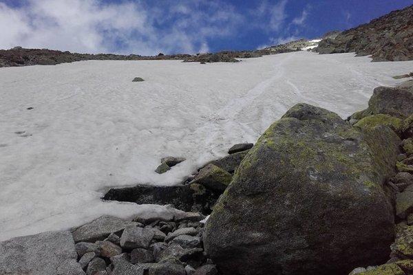 Žľab a snehové pole, kde sa stal osudná pád.
