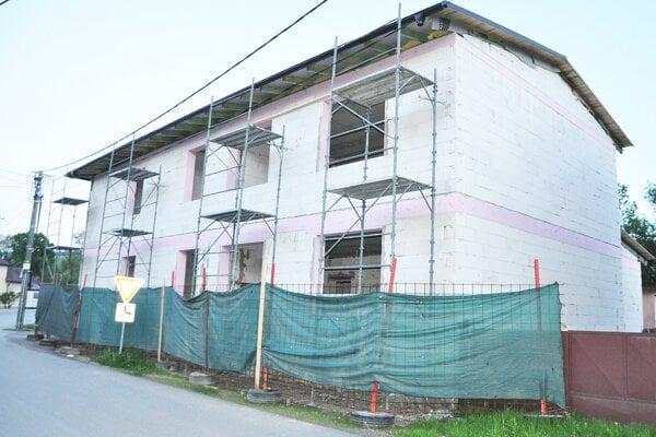 Hrubá stavba novej materskej školy už stojí.