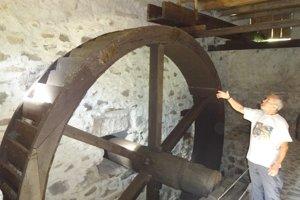 Obrovské koleso vodného mlyna.