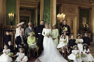 Harry a Meghan spolu s kráľovskou rodinou.