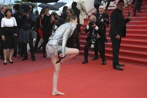Herečka Kristen Stewart sa na červenom koberci vyzula. Keď muži nemusia nosiť vysoké opätky, ani odomňa to nemôžete žiadať, povedala.