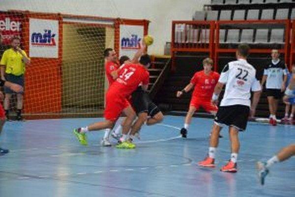 Obrana Pov. Bystrice (v červenom) zastavuje akciu N. Zámkov. S č. 22 bývalý hráč MŠK Tomáš Stráňovský.