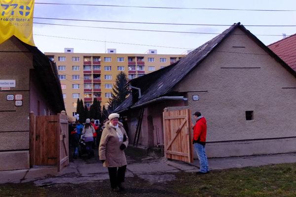 Strecha domu sa zatiaľ rekonštrukcie nedočká.