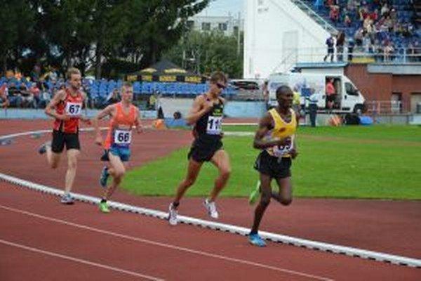 Päťkilometrovú trať najrýchlejšie zabehol Keňan Maiyo (vpravo).