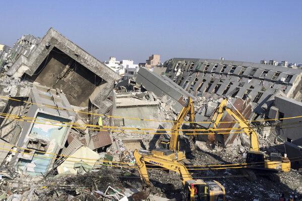 Zrútená budova pochovala vyše sto ľudí.