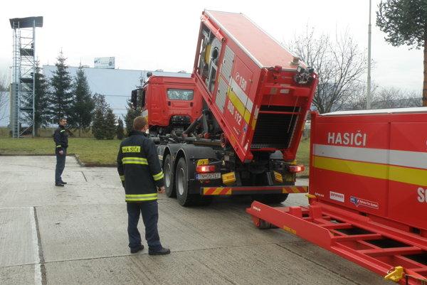 Hasičská technika v Prievidzi je podľa samotných hasičov moderná a určená na rôzne zásahy.