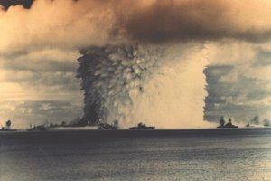 Bomba vybuchla pod hladinou mora. Vodný stĺp mal šírku 600 metrov, siahal do výšky dva kilometre.