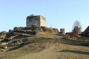 Šarišský hrad. Pobeží sa v jeho okolí.