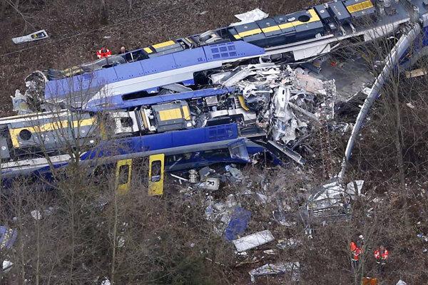 Vlaky sa ocitli na jednej koľaji a došlo k zrážke.