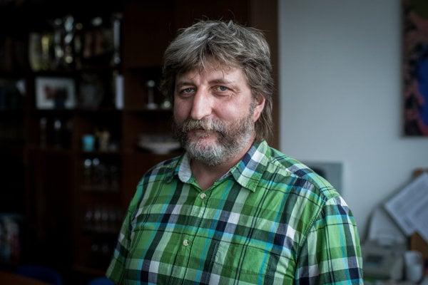 Učiteľ dejepisu a výtvarnej výchovy na gymnáziu na Bilikovej ulici v Bratislave Daniel Kasala.