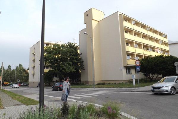 DOS na Janka Kráľa. Zo sto bytov je šesť voľných. Ľudia vraj nemajú záujem o opatrovateľské služby, len o bývanie.