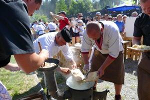 Medzinárodná súťaž vo varení a jedení bryndzových halušiek v Terchovej.