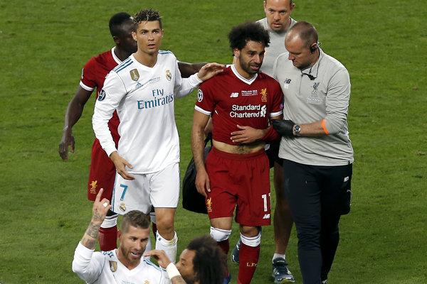 Mohamed Salah odstupuje zo zápasu finále Ligy majstrov kvôli zraneniu ramena.