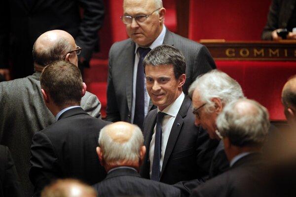 Francúzsky premiér Manuel Valls (v strede) opúšťa Národné zhromaždenie po schválení nového zákona o občianstve.