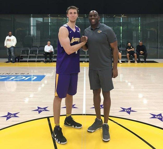 Prievidžan Vladimír Brodziansky v tréningovom centre 16-násobných šampiónov najlepšej basketbalovej ligy na svete NBA - Los Angeles Lakers, spolu so súčasným Prezidentom pre basketbalové operácie a jedným z úplne najlepších hráčov všetkých čias - Earvinom