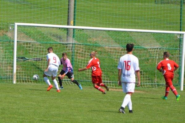Dorastenci Jacoviec hrali vV. lige Stred iba 35 minút. Hosťom zo Solčian klesol počet hráčov pod sedem. Domáci im vúvodnej polhodinke stihli streliť štyri góly.