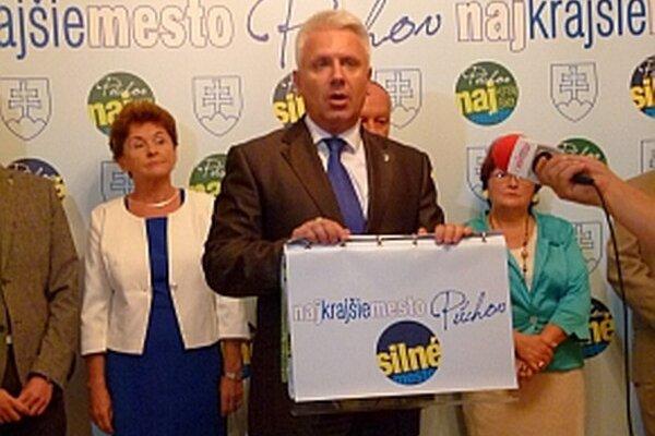 Primátor mesta a prvých šesť kandidátov na poslancov zastupiteľstva.