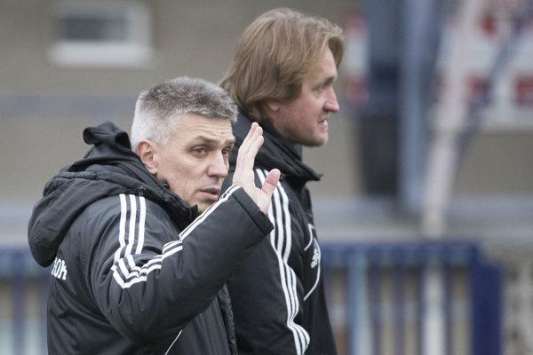 N. Hrnčár avpozadí jeho asistent R. Höger.