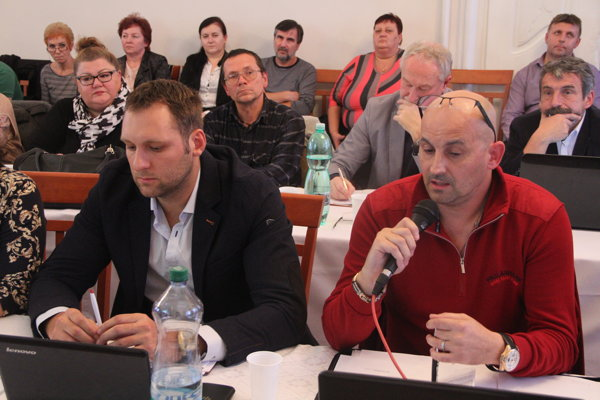 O zvolanie mestského parlamentu požiadal Klub nezávislých poslancov (vľavo jeho podpredseda Marek Holub a vpravo predseda Roman Šíra). Pridala sa k nemu aj poslankyňa Klaudia Ivanovičová.