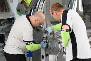 Pracovníci v Tréningovej akadémii automobilky Jaguar Land Rover.