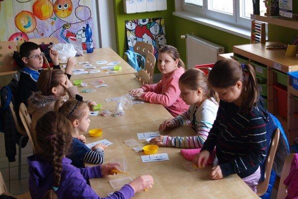 Deti práca s korálkami bavila.