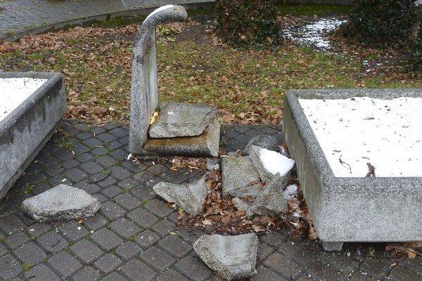 Zničili aj kamenné koše.
