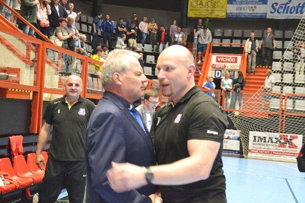 Václav Straka (vpravo) prijíma gratuláciu od supervízora Jána Rudinského k bronzu.