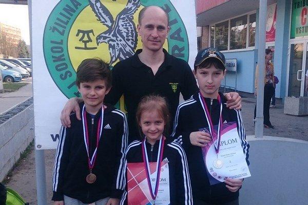 Výprava TJ Sokol Žilina. Hore tréner M. Beňo, dole zľava: J. Behančin, S. Bytčanek a M. Hruška.