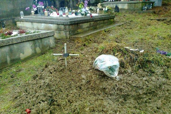 Lesná zver takto zničili hrob na Novom cintoríne.
