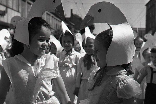Masky a kostýmy boli takmer povinnou výbavou. Rok 1958.