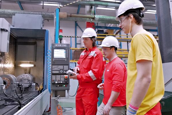 Žiaci odboru mechanik mechatronik na odbornom výcviku vspoločnosti Hydro Extrusion.