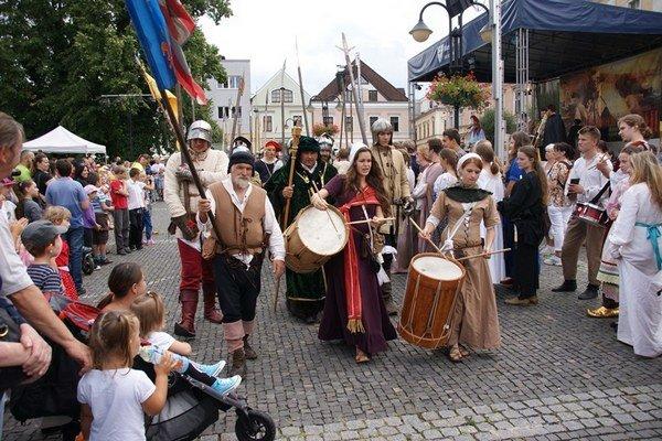 Stredoveký deň zahájil sprievod v dobových kostýmoch.