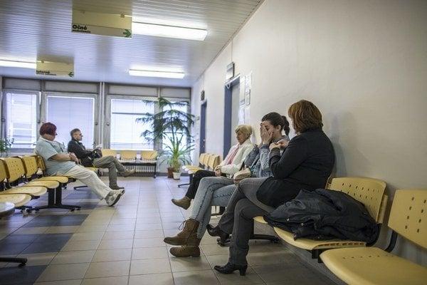 Zrušenie poplatkov za prednostné vyšetrenie predĺžilo čakanie v čakárňach u lekárov.