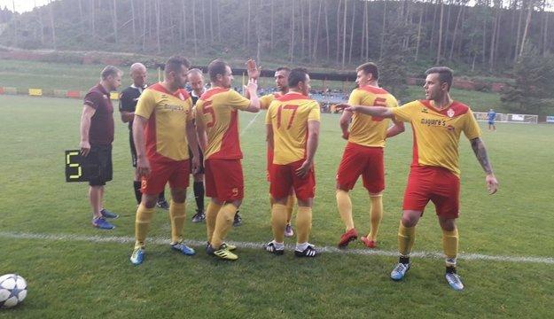 Hráči i fanúšikovia Bánovej si užívajú regionálne derby zápasy.