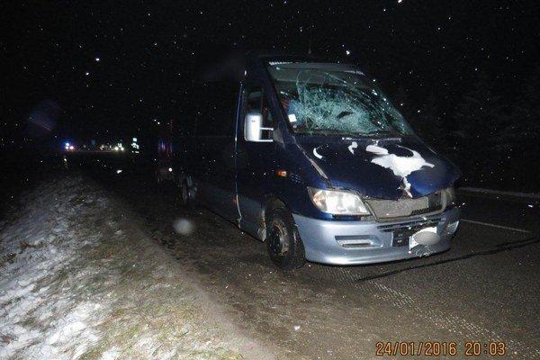 Vodič zrazil dvoch chodcov.