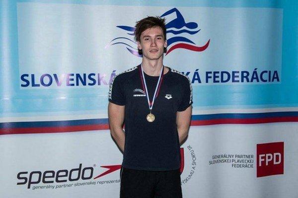 Talentovaný plavec zo Žiliny dosahuje na pretekoch výborné výsledky.