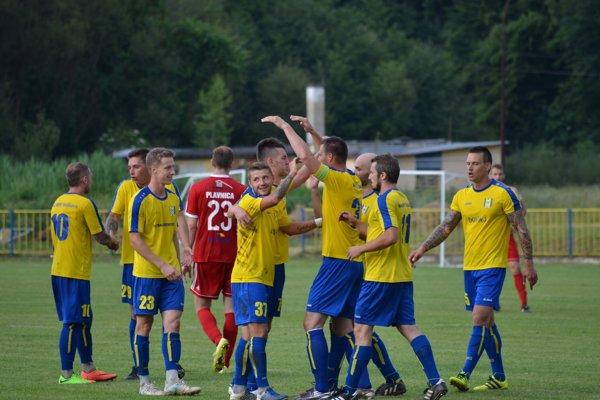 Strelec gólu Y. Koretskyy (č. 37) prijíma gratulácie.