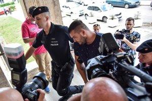 Obžalovaný Juraj H. prichádza na Okresný súd Bratislava I