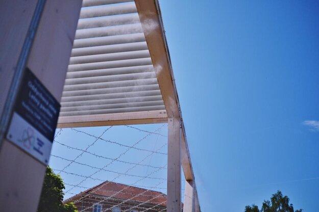 Rozprašovače pribudli po stranách letného pavilónu.