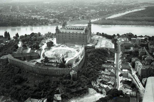 Pohľad na Bratislavský hrad v záverečnej fáze rekonštrukcie a Zámockú ulicu. V pozadí je Petržalka a dnes už neexistujúce Pečnianske rameno Dunaja.