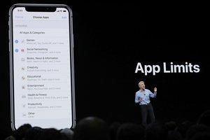 Viceprezident sofvérovej divízie Apple Craig Federighi predstavuje novinky v iOS 12.