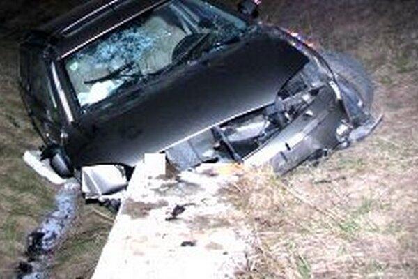 Ford Mondeo narazilo do betónovej šachty.