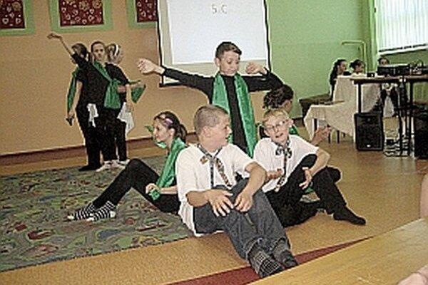 Trieda piata C zahrala divadlo o snoch malého Števka Baniča, vynálezcu padáka.