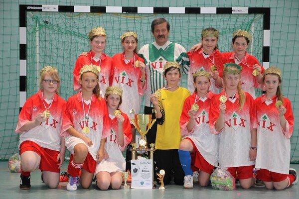 Mladé Žilinčanky s cennou trofejou za celkové prvenstvo.