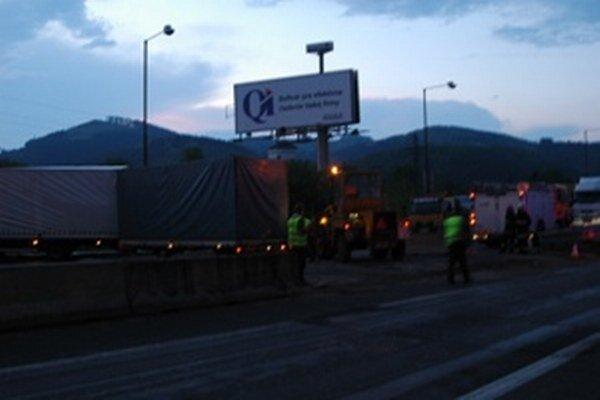 Pred mostom cez Váh komplikuje dopravu havarovaný kamión.