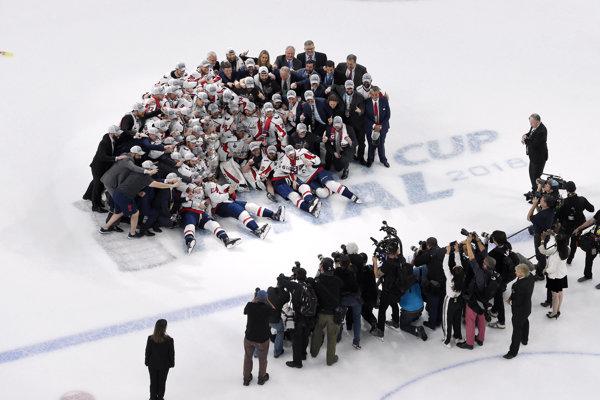 Hokejisti Washingtonu Capitals pózujú so Stanleyho pohárom po piatom súboji finále play off NHL Vegas Golden Knights - Washington Capitals v Las Vegas.