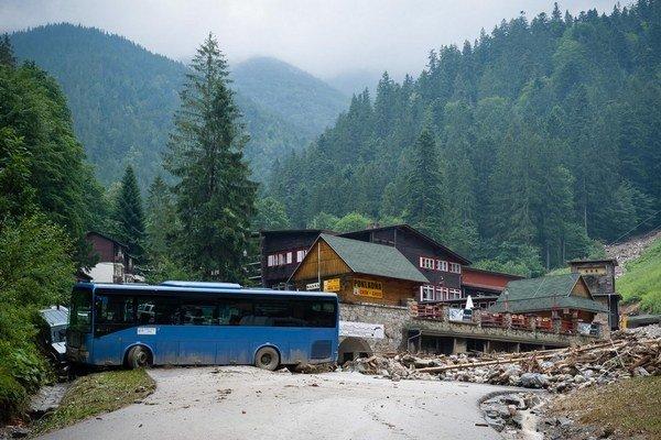 Vlna zmietla z parkoviska autobus.